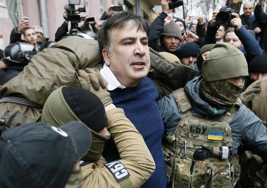 Ukraine: Người ủng hộ phá xe cảnh sát, giải thoát cựu tổng thống Georgia - Ảnh 1.