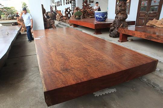 Sập gỗ nguyên khối nặng hơn 4 tấn, hiếm có xuất hiện ở Hà Nội - Ảnh 1.