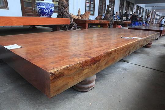 Sập gỗ nguyên khối nặng hơn 4 tấn, hiếm có xuất hiện ở Hà Nội - Ảnh 2.