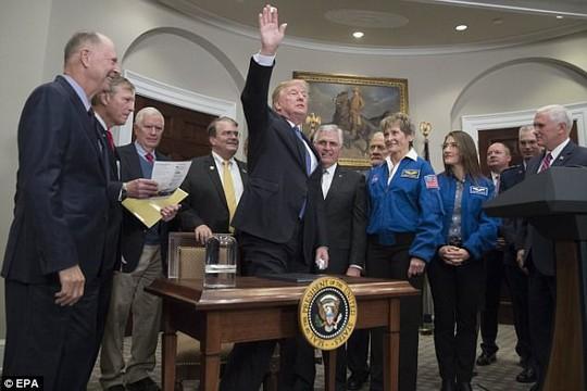Tổng thống Donald Trump lệnh cho NASA quay lại Mặt trăng - Ảnh 1.