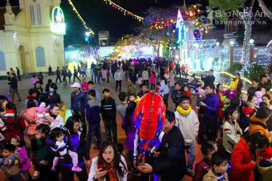 Hàng ngàn người chiêm ngưỡng giáo xứ trang trí đẹp nhất Nghệ An - Ảnh 1.