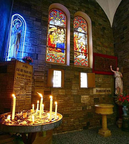Trung tâm Nhà thờ - Nơi cử hành Thánh Lễ.