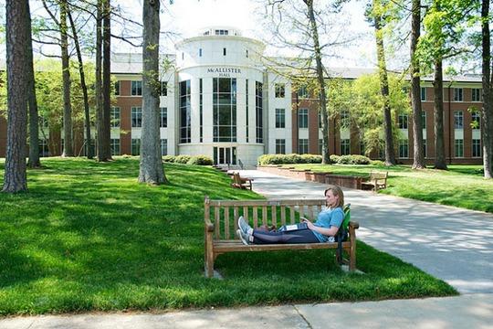 Lạc lối trong khuôn viên trường đại học rộng nhất thế giới - Ảnh 14.