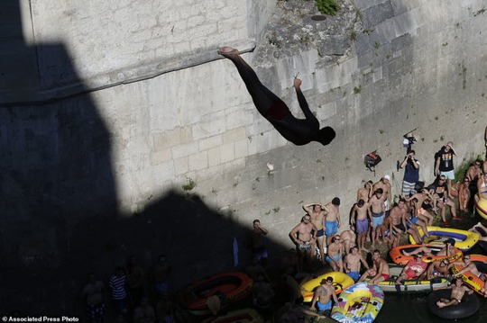Thót tim với màn nhảy cầu liều lĩnh xuống dòng sông chảy xiết - Ảnh 5.