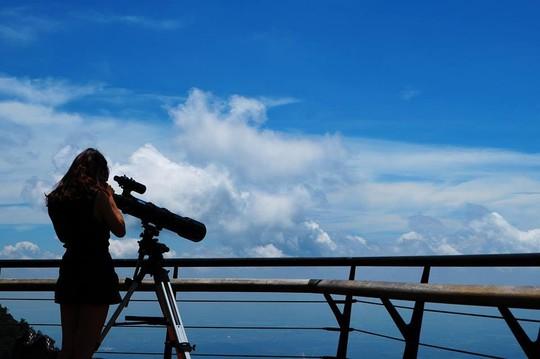 Quán cũng bố trí kính viễn vọng cho du khách có thể thỏa thích ngắm nhìn cảnh đẹp tận nơi xa. Khi hoàng hôn ngả bóng, mặt trời đổ xuống, đỏ au cả không gian. Ngắm hoàng hôn ở quán Gió chắc chắn là một điều lãng mạn và thú vị
