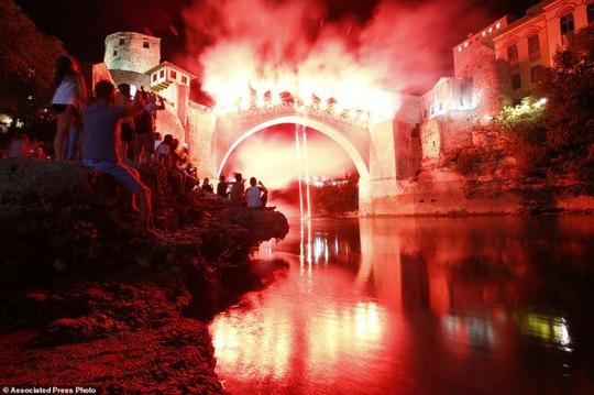 Thót tim với màn nhảy cầu liều lĩnh xuống dòng sông chảy xiết - Ảnh 6.