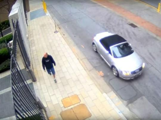 Cảnh sát TP Atlanta cung cấp đoạn ghi hình cho thấy nghi phạm để ý bà Trinh hôm 3-4. Ảnh: ABC NEWS
