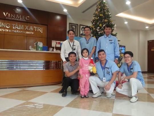 Khánh Hà và các bác sĩ của Trung tâm Ung bướu Vinmec