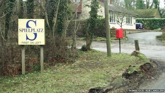 Biển chỉ dẫn vào ngôi làng Spielplatz
