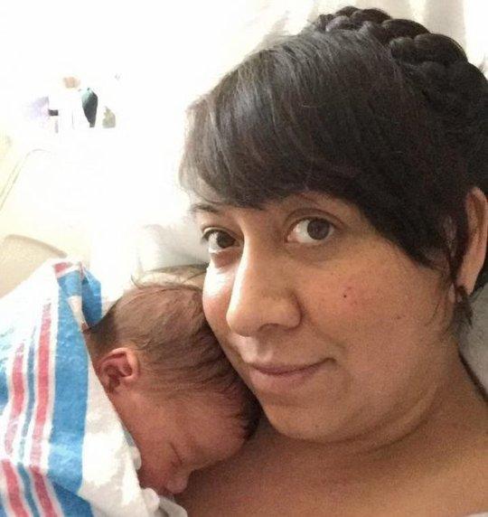 Em bé sơ sinh tay cầm vòng tránh thai của mẹ gây sốt