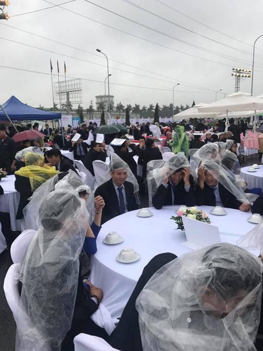 Đám cưới độc nhất vô nhị: Khách mời hoan hỉ mặc áo mưa, cầm ô ăn cỗ - Ảnh 1.