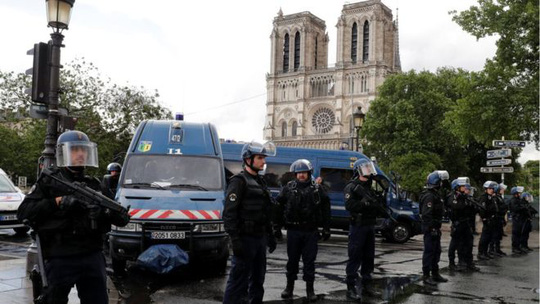 Tấn công bằng búa ngoài Nhà thờ Đức Bà Paris - Ảnh 3.