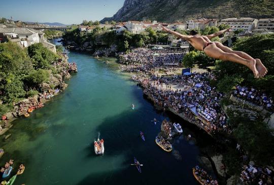 Thót tim với màn nhảy cầu liều lĩnh xuống dòng sông chảy xiết - Ảnh 1.