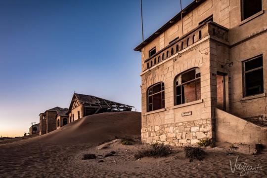 Vẻ kỳ bí của thị trấn bỏ hoang bị sa mạc nuốt chửng - Ảnh 3.