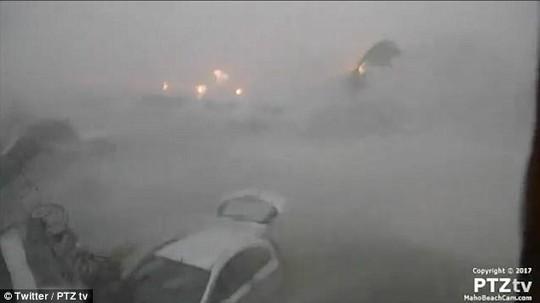 Siêu bão Irma phá hủy 90% đảo Barbuda, đang hướng đến Mỹ - Ảnh 3.