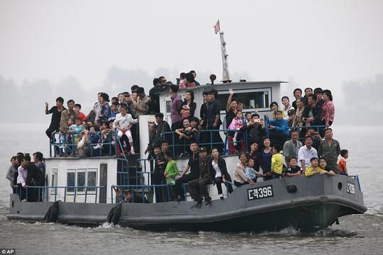 Mặc thế giới, dân Triều Tiên vui tươi đi du thuyền - Ảnh 2.