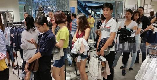 Vì sao người Việt chờ 15 tiếng mua áo H&M 700.000 đồng vẫn khen rẻ? - Ảnh 2.