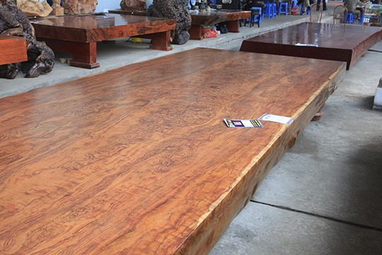 Sập gỗ nguyên khối nặng hơn 4 tấn, hiếm có xuất hiện ở Hà Nội - Ảnh 3.