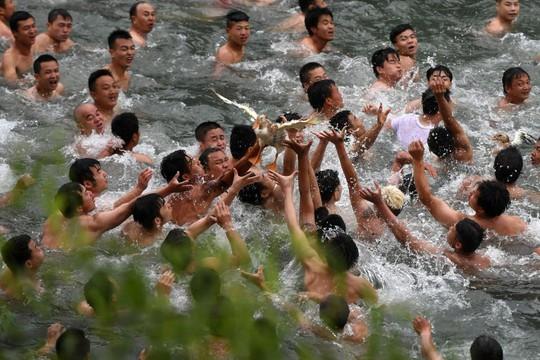 Gần 200.000 du khách tắm biển cầu may - Ảnh 4.