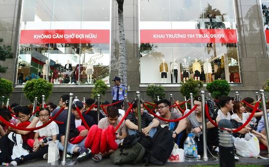 Vì sao người Việt chờ 15 tiếng mua áo H&M 700.000 đồng vẫn khen rẻ? - Ảnh 3.