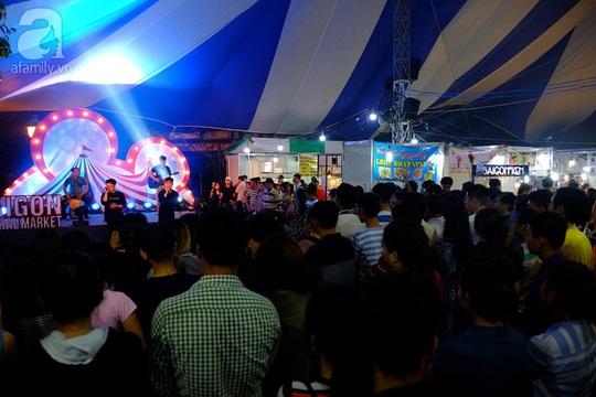 Khu vực sân khấu lớn chen chúc người đứng xem ca sĩ biểu diễn.