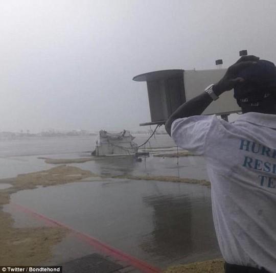 Siêu bão Irma phá hủy 90% đảo Barbuda, đang hướng đến Mỹ - Ảnh 5.