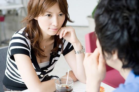 Nói về người phụ nữ khác một cách thích thú khi bên bạn, chứng tỏ anh ta hoàn toàn chẳng quan tâm tới cảm giác của bạn (Ảnh minh họa)
