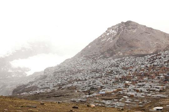 Cuộc sống nghèo không thể tả ở thành phố cao nhất thế giới - Ảnh 2.