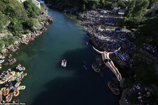 Thót tim với màn nhảy cầu liều lĩnh xuống dòng sông chảy xiết - Ảnh 2.