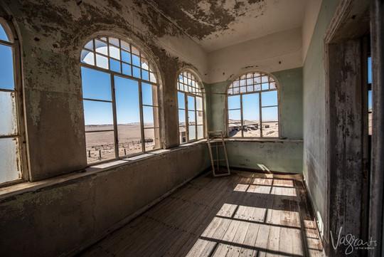 Vẻ kỳ bí của thị trấn bỏ hoang bị sa mạc nuốt chửng - Ảnh 6.