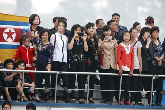 Mặc thế giới, dân Triều Tiên vui tươi đi du thuyền - Ảnh 3.