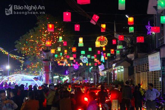 Hàng ngàn người chiêm ngưỡng giáo xứ trang trí đẹp nhất Nghệ An - Ảnh 6.