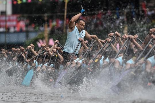 Gần 200.000 du khách tắm biển cầu may - Ảnh 6.