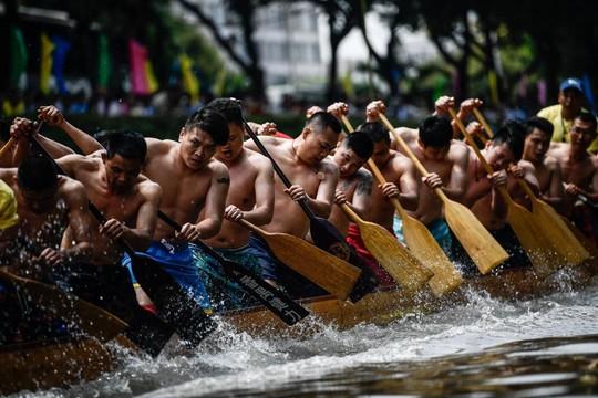 Gần 200.000 du khách tắm biển cầu may - Ảnh 8.