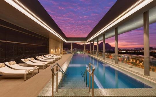 10 khách sạn có bể bơi sân thượng đẹp nhất - Ảnh 10.