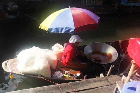 Đi chợ nổi Taling Chan ở Bangkok - Ảnh 10.