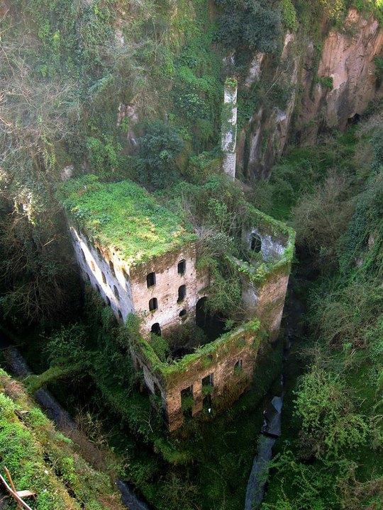 11 công trình bị bỏ hoang có vẻ đẹp ma mị trên thế gian - Ảnh 10.