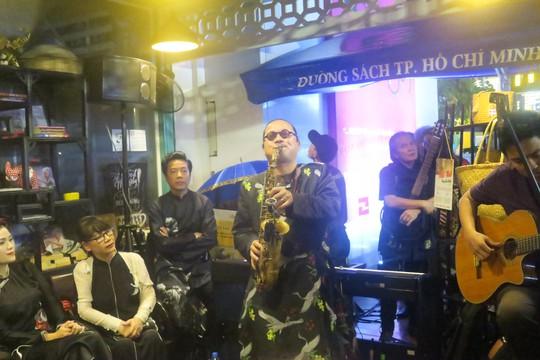 """Nghệ sĩ saxophone Trần Mạnh Tuấn trình diễn một ca khúc của Trịnh trong đêm nhạc """"Nhớ Trịnh Công Sơn"""" ở Đường sách Nguyễn Văn Bình vào tối 1-4 Ảnh: ĐẶNG TOÀN"""