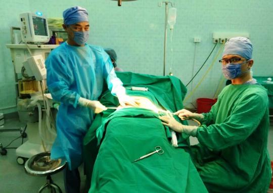 Hình ảnh phẫu thuật thẩm mỹ được ông Lê Việt Hưng tung lên Facebook để quảng cáo. Trong ảnh: Ông Hưng (trái) và ông Lưu Tiến Dũng