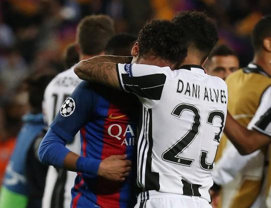 Dani Alves an ủi, động viên Neymar