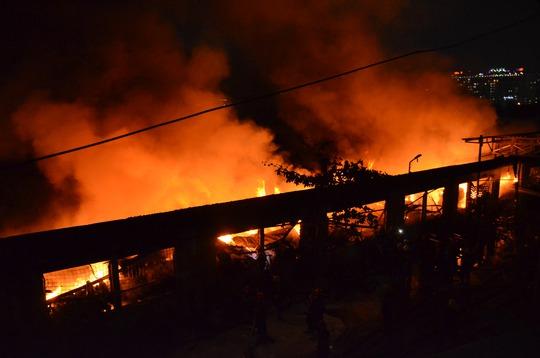 Công ty dệt may ở quận Tân Phú, TP HCM bốc cháy dữ dội - Ảnh 1.