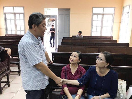 NSƯT Nguyễn Công Ninh yểm trợ tinh thần cho Ngọc Trinh tại Tòa  - Ảnh 4.