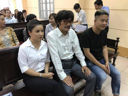 NSƯT Nguyễn Công Ninh yểm trợ tinh thần cho Ngọc Trinh tại Tòa  - Ảnh 1.