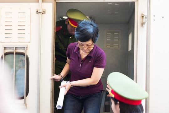 Cựu đại biểu QH Châu Thị Thu Nga che mặt vào tòa - Ảnh 1.