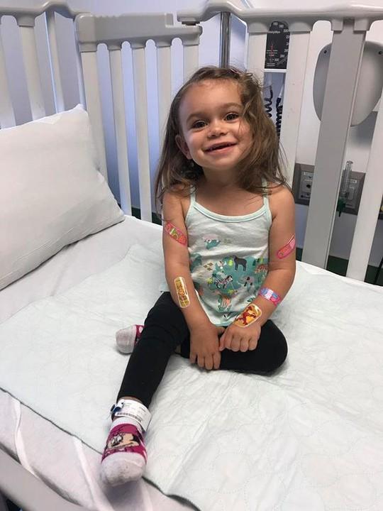 Bệnh hiếm gặp khiến bé gái ngã 100 lần mỗi ngày - Ảnh 1.