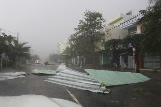Phú Yên ách tắc, 6 người chết, mất tích vì bão số 12 - Ảnh 9.
