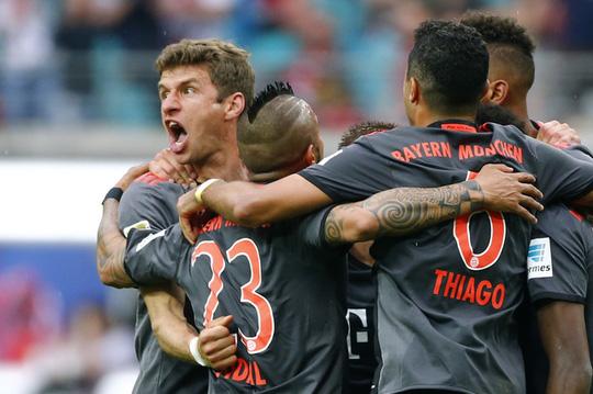 Ghi 3 bàn trong 10 phút, Bayern ngược dòng khó tin - Ảnh 1.