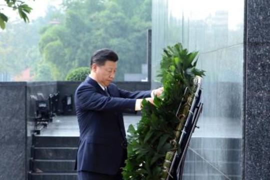 Tổng Bí thư, Chủ tịch Tập Cận Bình cho cá Ao cá Bác Hồ ăn - Ảnh 1.