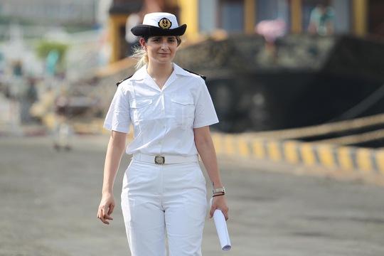 Nữ học viên hải quân Pháp của tàu Courbet. Ảnh: Hoàng Triều