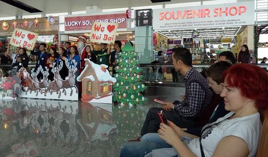 Ngạc nhiên với không khí Giáng sinh ở sân bay Nội Bài - Ảnh 6.